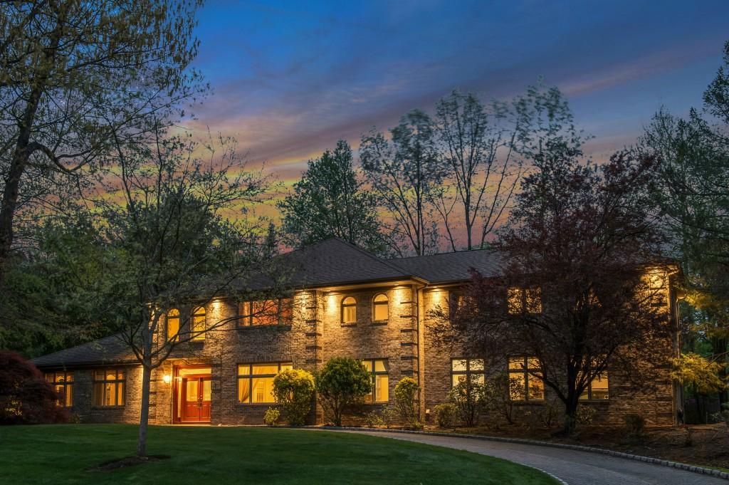 Частный односемейный дом для того Продажа на The Pearl of Old Tappan! 5 Parker Pl Old Tappan, Нью-Джерси 07675 Соединенные Штаты