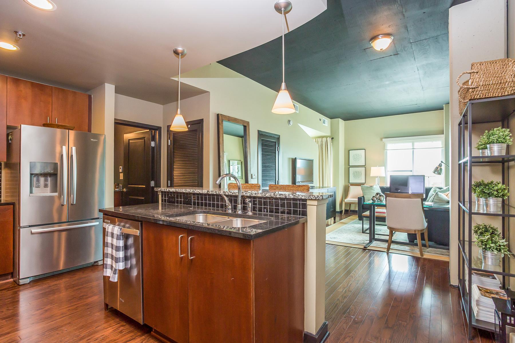 콘도미니엄 용 매매 에 Light-Filled Renovated Buckhead Corner Unit At Eclipse 250 Pharr Road NE Unit 317 Atlanta, 조지아, 30305 미국