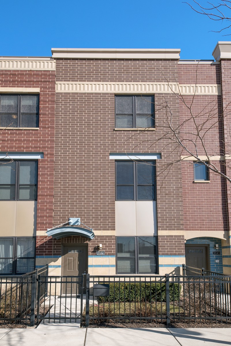 Таунхаус для того Продажа на Fabulous Three Level Townhome 1143 N Cambridge Avenue Unit 106 Chicago, Иллинойс, 60610 Соединенные Штаты