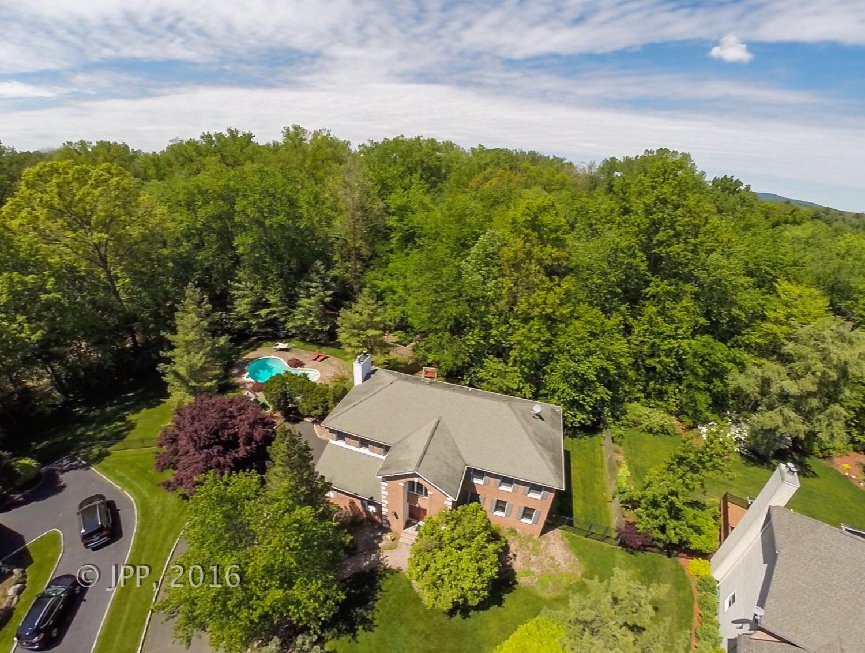 Maison unifamiliale pour l Vente à Beautiful Closter Colonial 26 Roden Way Closter, New Jersey 07624 États-Unis