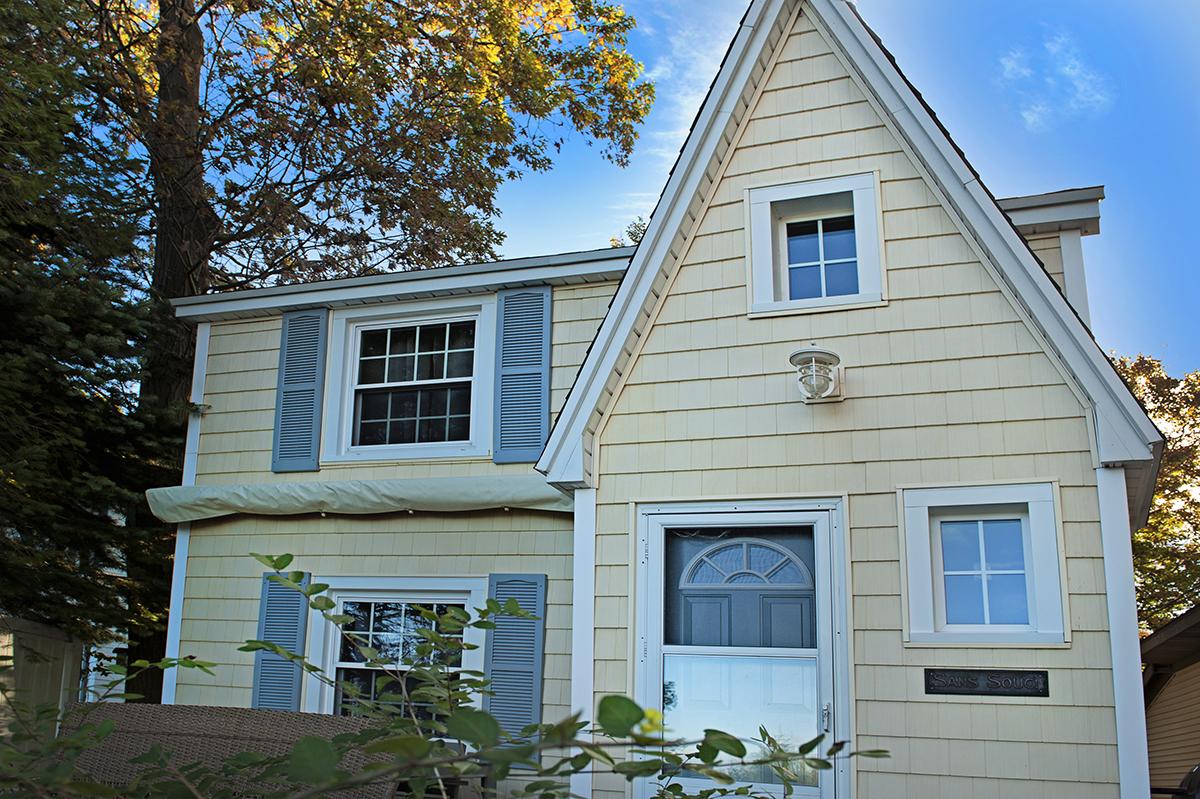 Частный односемейный дом для того Продажа на Charming Cottage 14 Edwards Avenue Grand Haven, Мичиган, 49417 Соединенные Штаты