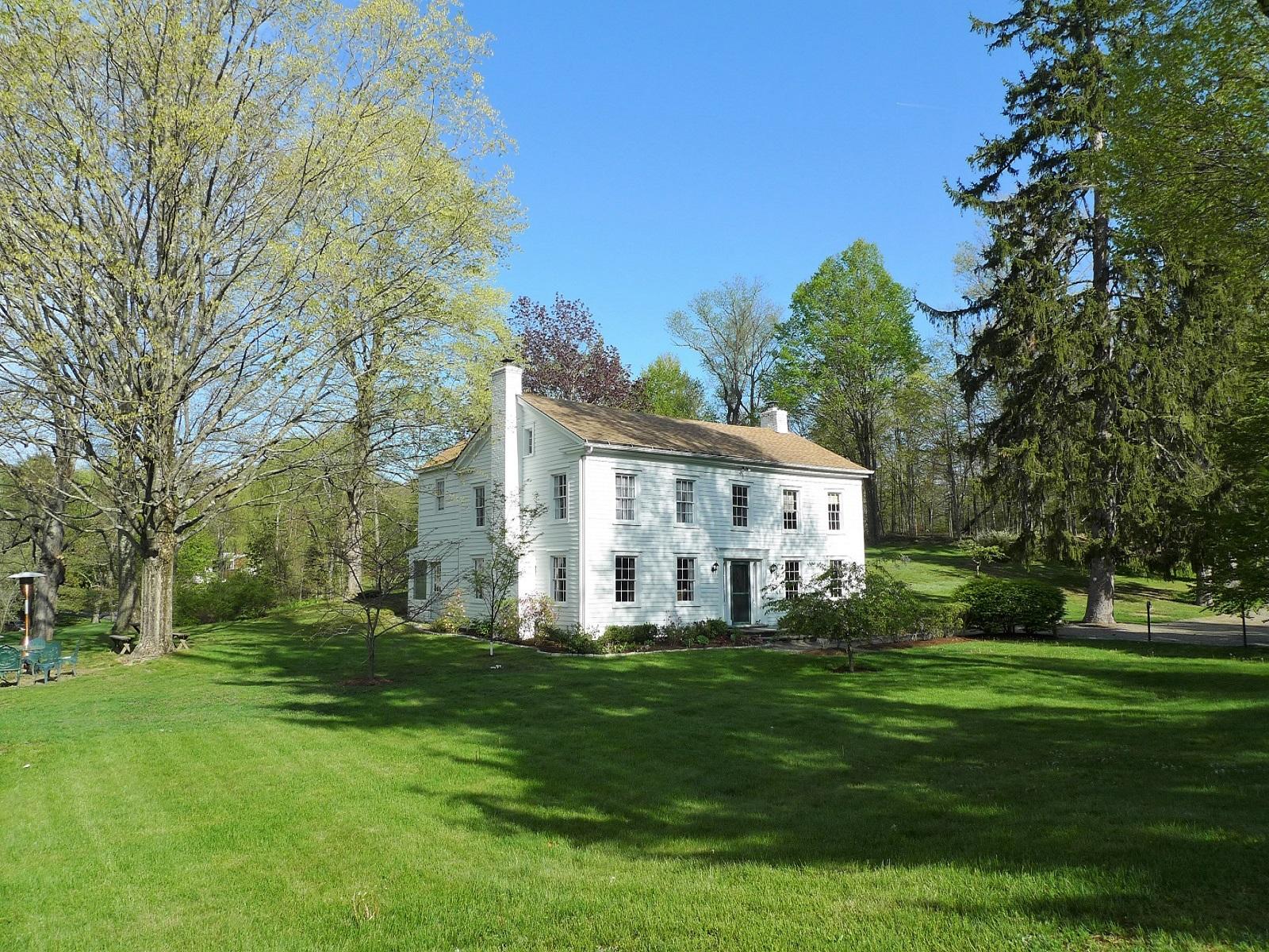 Casa Unifamiliar por un Venta en Antique Colonial Retreat Lake Shore Drive Pleasant Valley, Nueva York, 12569 Estados Unidos