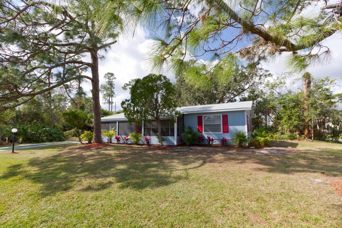 Tek Ailelik Ev için Satış at Vacant Home on Large Corner Lot 602 Collins Street Sebastian, Florida, 32958 Amerika Birleşik Devletleri