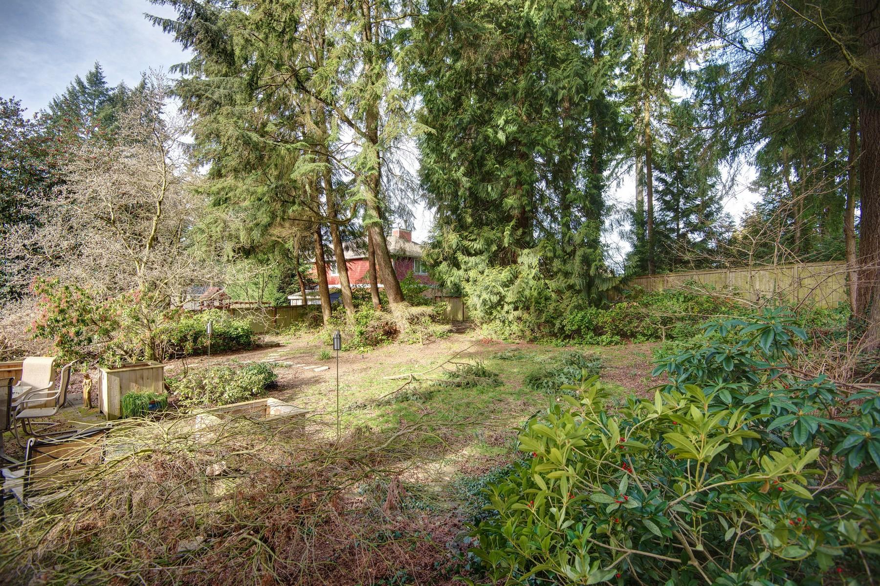 Additional photo for property listing at Traditional Rose Hill Home 12812 NE 73 St Kirkland, Washington 98033 United States