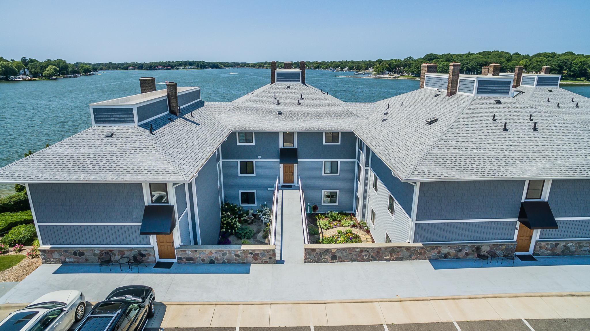 Copropriété pour l Vente à Spacious Coastal Condominium 400 Lakeview Court Unit 31 E Spring Lake, Michigan, 49456 États-Unis