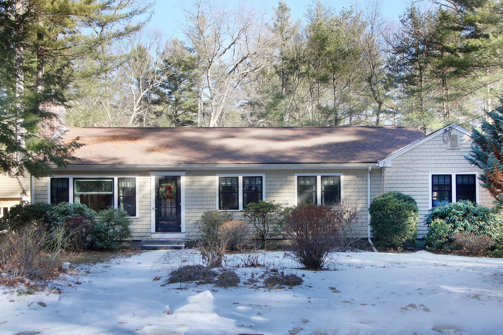 Maison unifamiliale pour l Vente à Views over conservation land 17 Peakham Circle Sudbury, Massachusetts, 01776 États-Unis