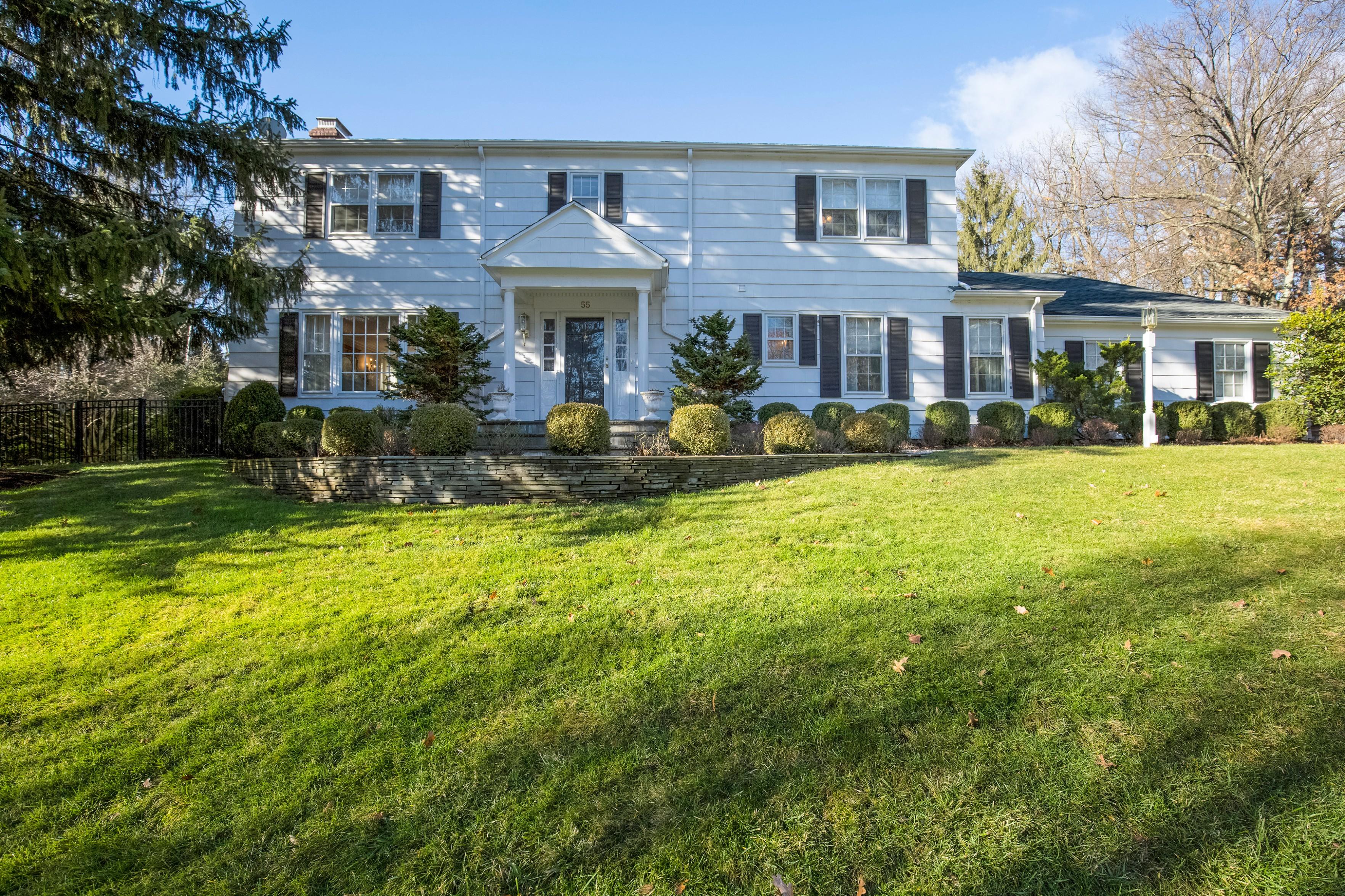 Casa Unifamiliar por un Venta en Beautifully Renovated Center Hall Colonial 55 Slope Drive Short Hills, Nueva Jersey, 07078 Estados Unidos
