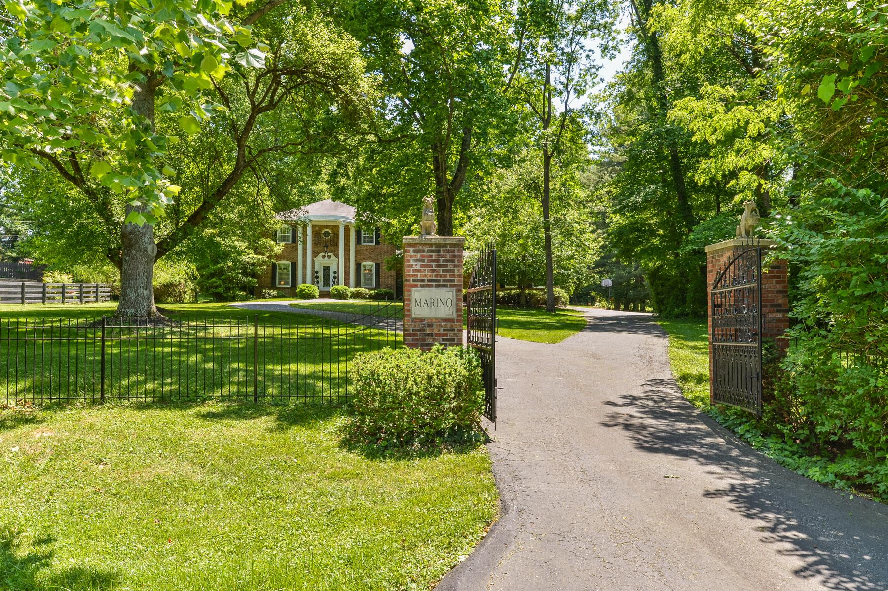 Casa Unifamiliar por un Venta en 11124 Nutwood Road Anchorage, Kentucky, 40223 Estados Unidos