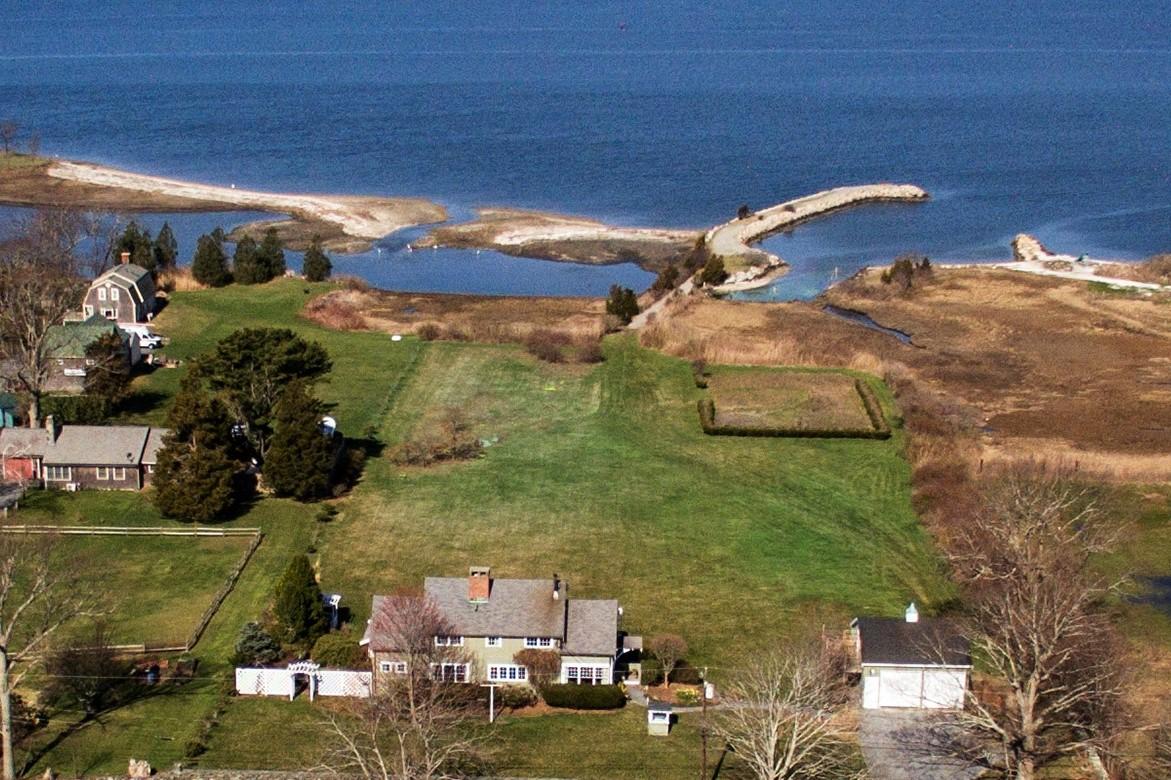 独户住宅 为 销售 在 Boater's Paradise - Sakonnet Waterfront 451 Seapowet Avenue 蒂弗顿, 02878 美国