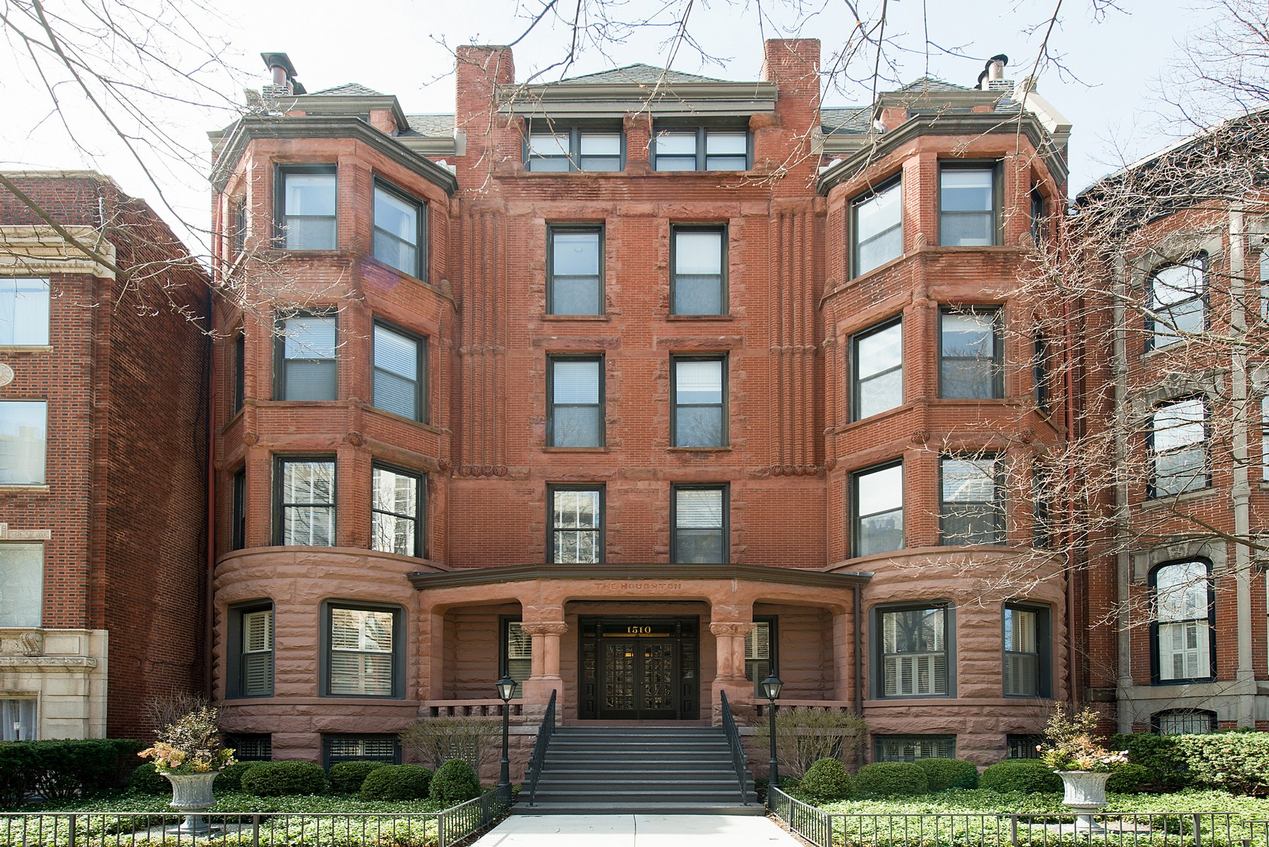 Condominio per Vendita alle ore Spacious Front Unit in Gold Coast Brownstone 1510 N Dearborn Parkway Unit 401 Chicago, Illinois, 60610 Stati Uniti