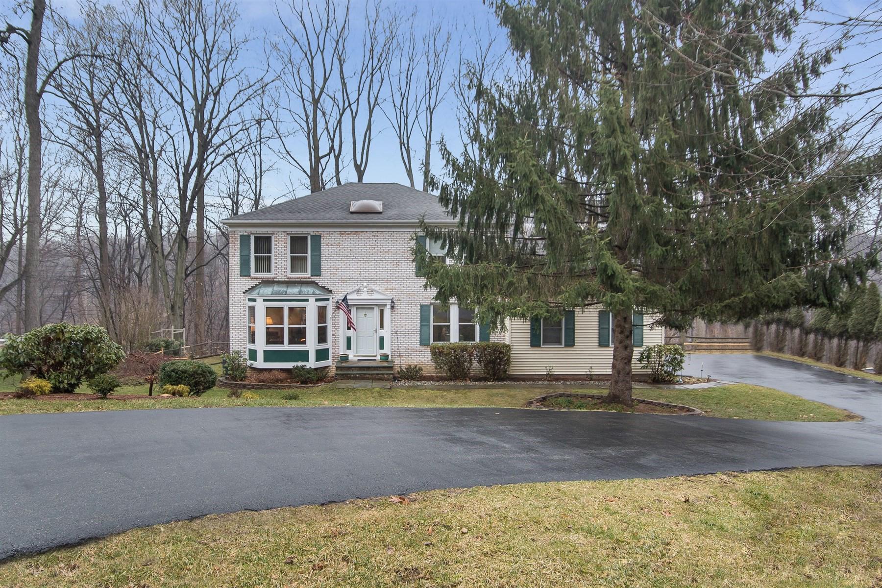 Maison unifamiliale pour l Vente à Traditional Center Hall Colonial 157 Sun Valley Way Morris Plains, New Jersey 07950 États-Unis