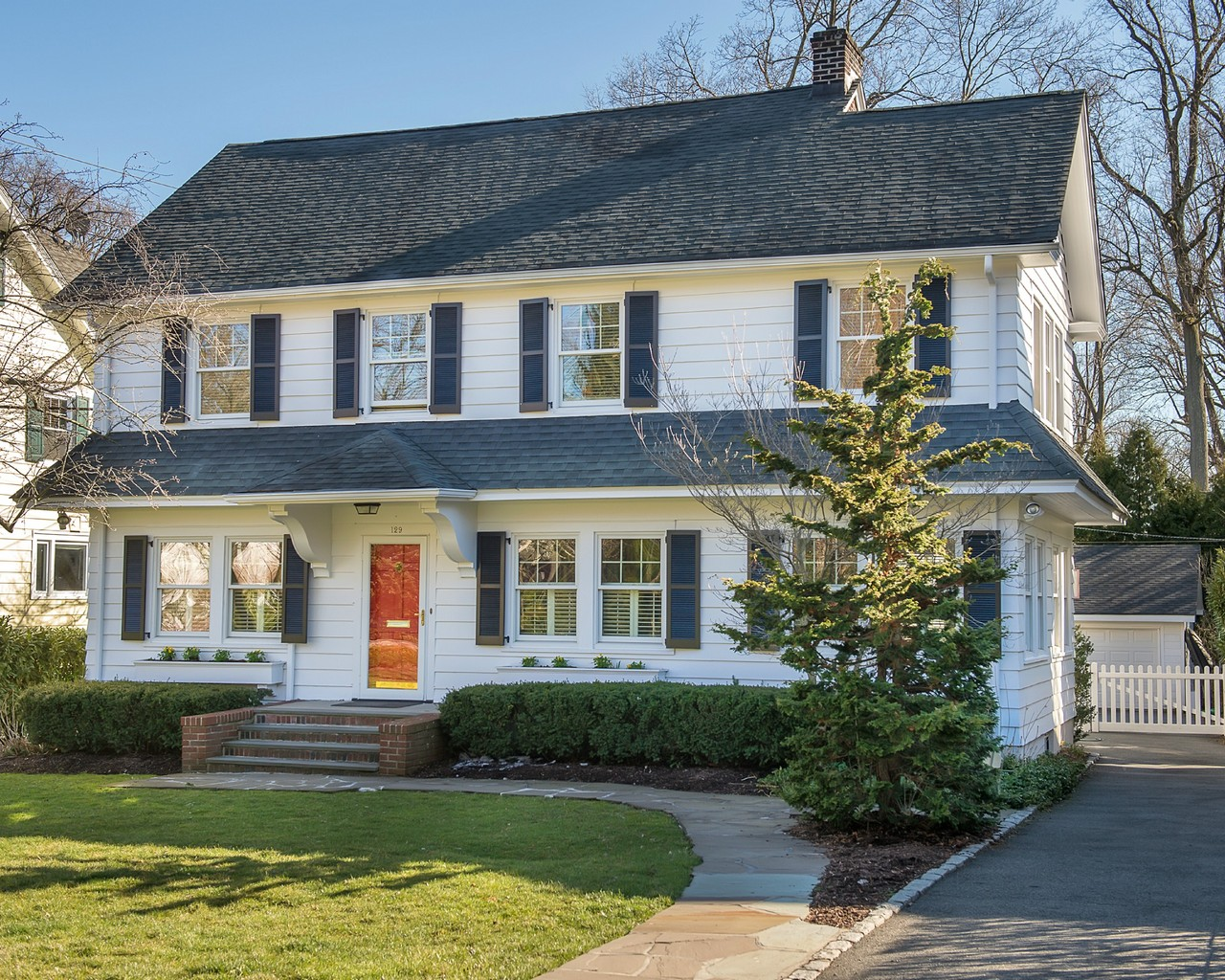 Vivienda unifamiliar por un Venta en Sterling Colonial 129 Llewellyn Road Montclair, Nueva Jersey, 07042 Estados Unidos