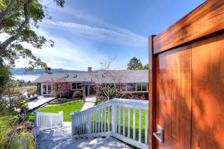 Maison unifamiliale pour l Vente à Expansive Bay Views 70 Geldert Drive Tiburon, Californie, 94920 États-Unis