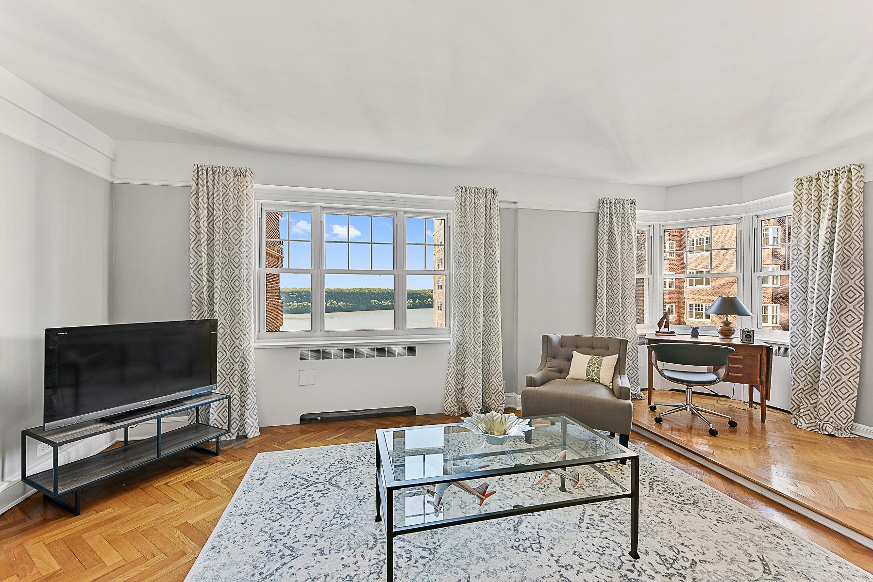 Кооперативная квартира для того Продажа на Castle Village 1 BR with Hudson River Views 120 Cabrini Boulevard 107 New York, Нью-Йорк, 10033 Соединенные Штаты