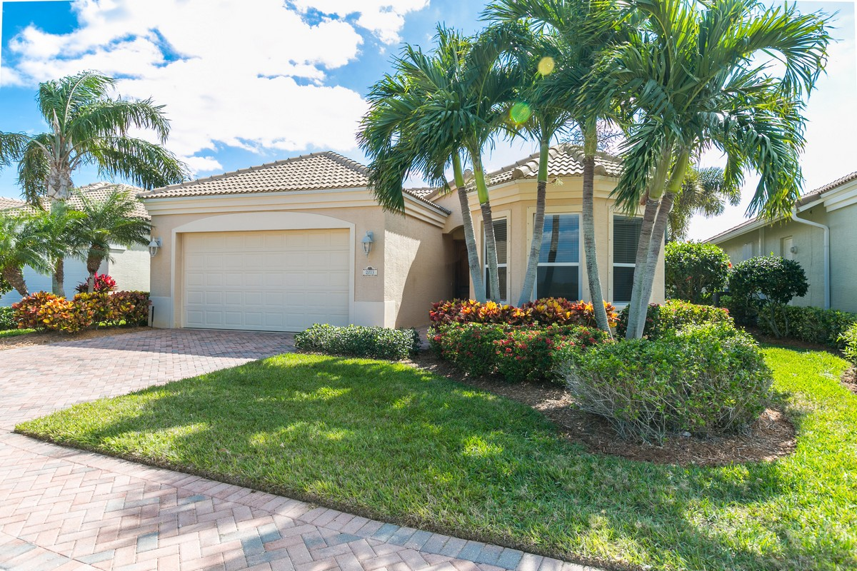 Vivienda unifamiliar por un Venta en Exceptional Courtyard Home on Lake 2013 Lynx Drive Fort Pierce, Florida, 34949 Estados Unidos