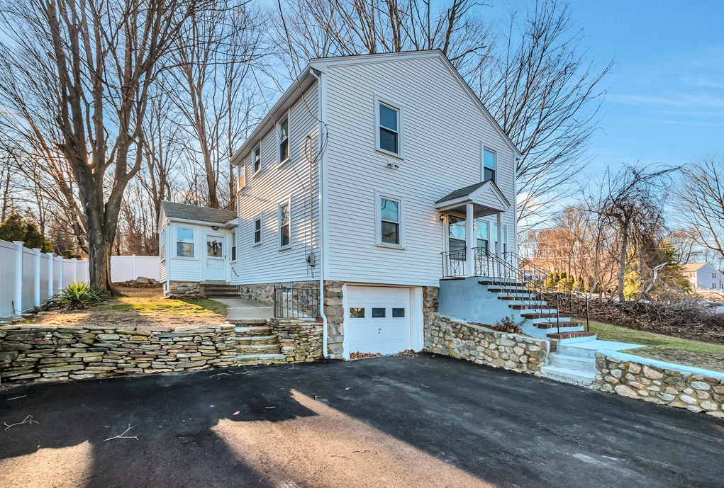Casa Unifamiliar por un Venta en Meticulously Updated Colonial 84 Purchase Street Milford, Massachusetts, 01757 Estados Unidos