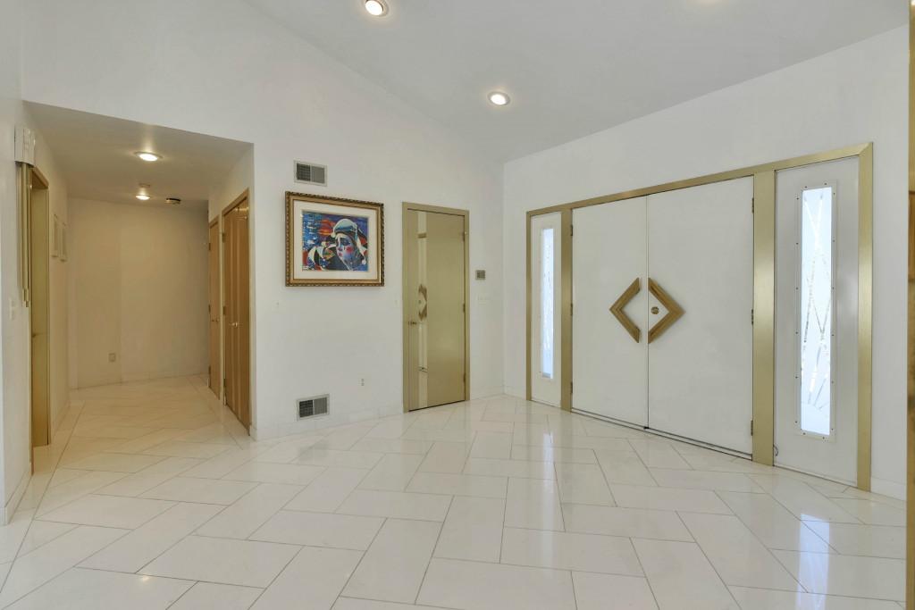 Частный односемейный дом для того Продажа на One of a kind, Custom Design Contemporary. 8 Tiffany Court Cedar Grove, 07009 Соединенные Штаты