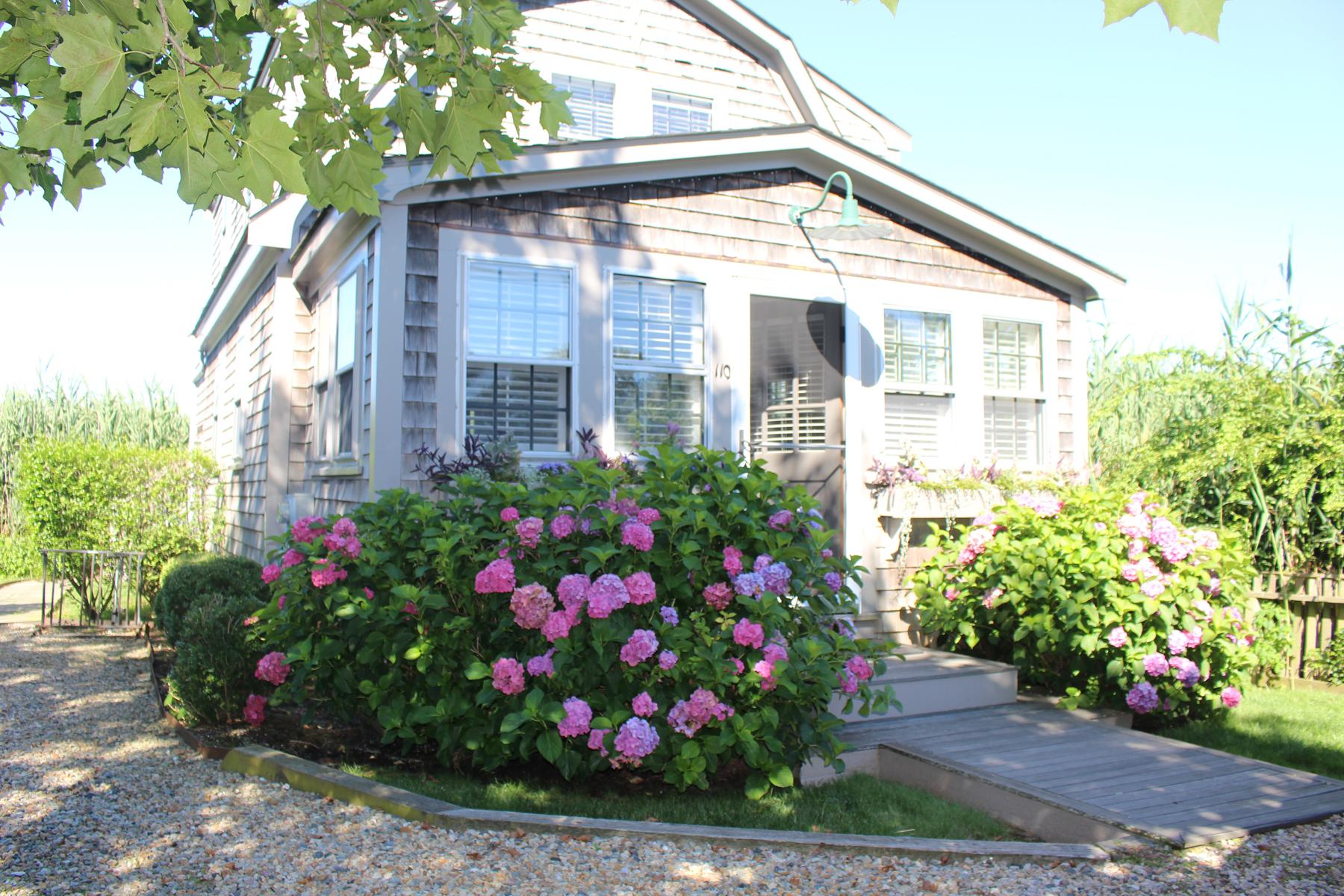 Eigentumswohnung für Verkauf beim Bright Cheery and Turn Key 110 A Orange Street Nantucket, Massachusetts, 02554 Vereinigte Staaten