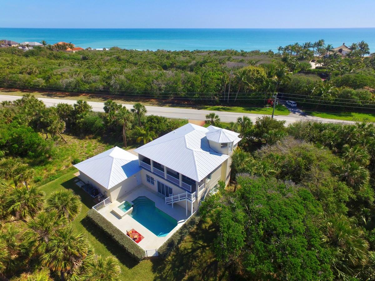 Casa para uma família para Venda às Exceptional Home Steps to Ocean 11699 Highway A1A Vero Beach, Florida, 32963 Estados Unidos