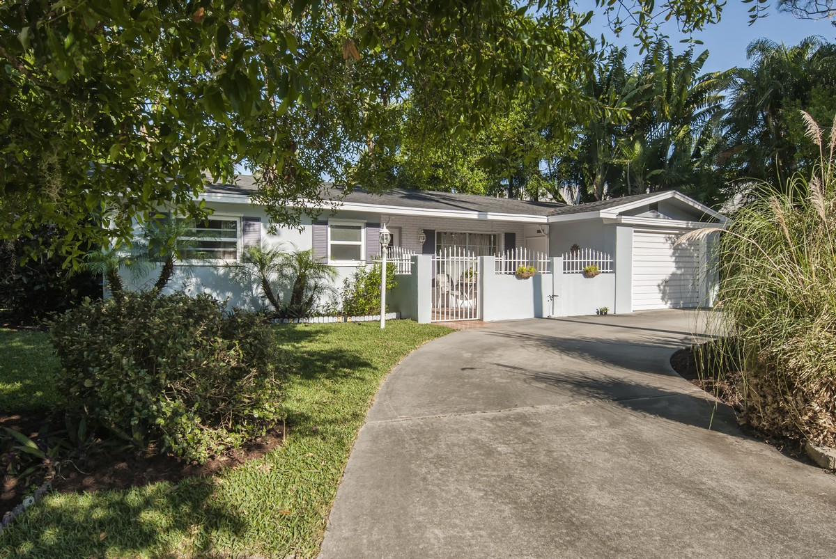 Single Family Home for Sale at Royal Park Cottage 2402 Leon Avenue Vero Beach, Florida, 32960 United States