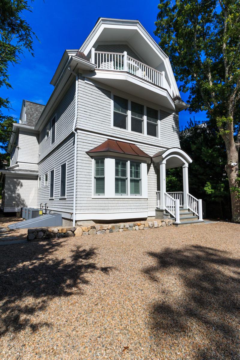 Casa para uma família para Venda às EXQUISITE BEACH HOME 4 Pine Avenue Mashpee, Massachusetts, 02649 Estados Unidos