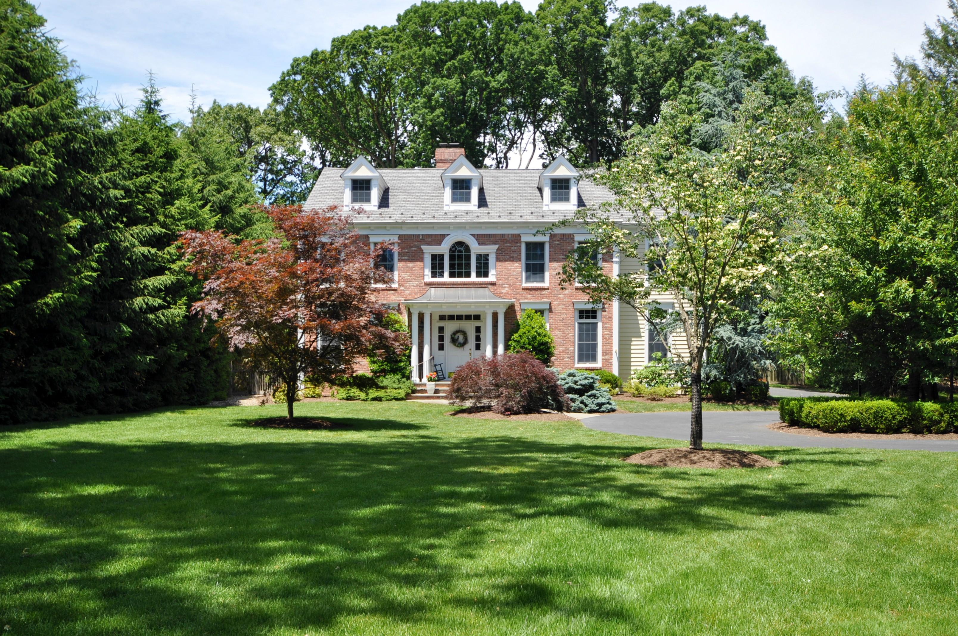 独户住宅 为 销售 在 Fabulous Center Hall Colonial 242 Lafayette Avenue 查塔姆, 新泽西州, 07928 美国