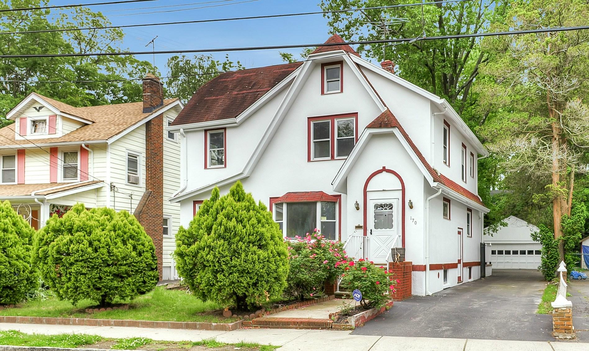 Частный односемейный дом для того Продажа на Updated Colonial 170 Jane St, Englewood, Нью-Джерси, 07631 Соединенные Штаты