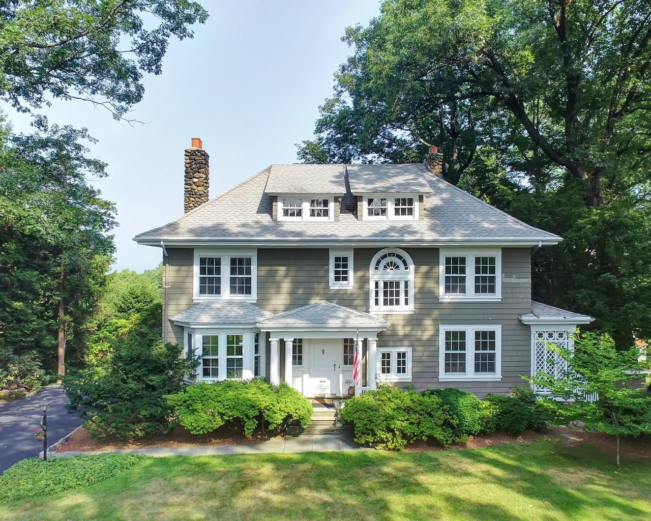 Maison unifamiliale pour l Vente à Grand Center Hall Colonial 44 Rensselaer Rd. Essex Fells, New Jersey, 07021 États-Unis