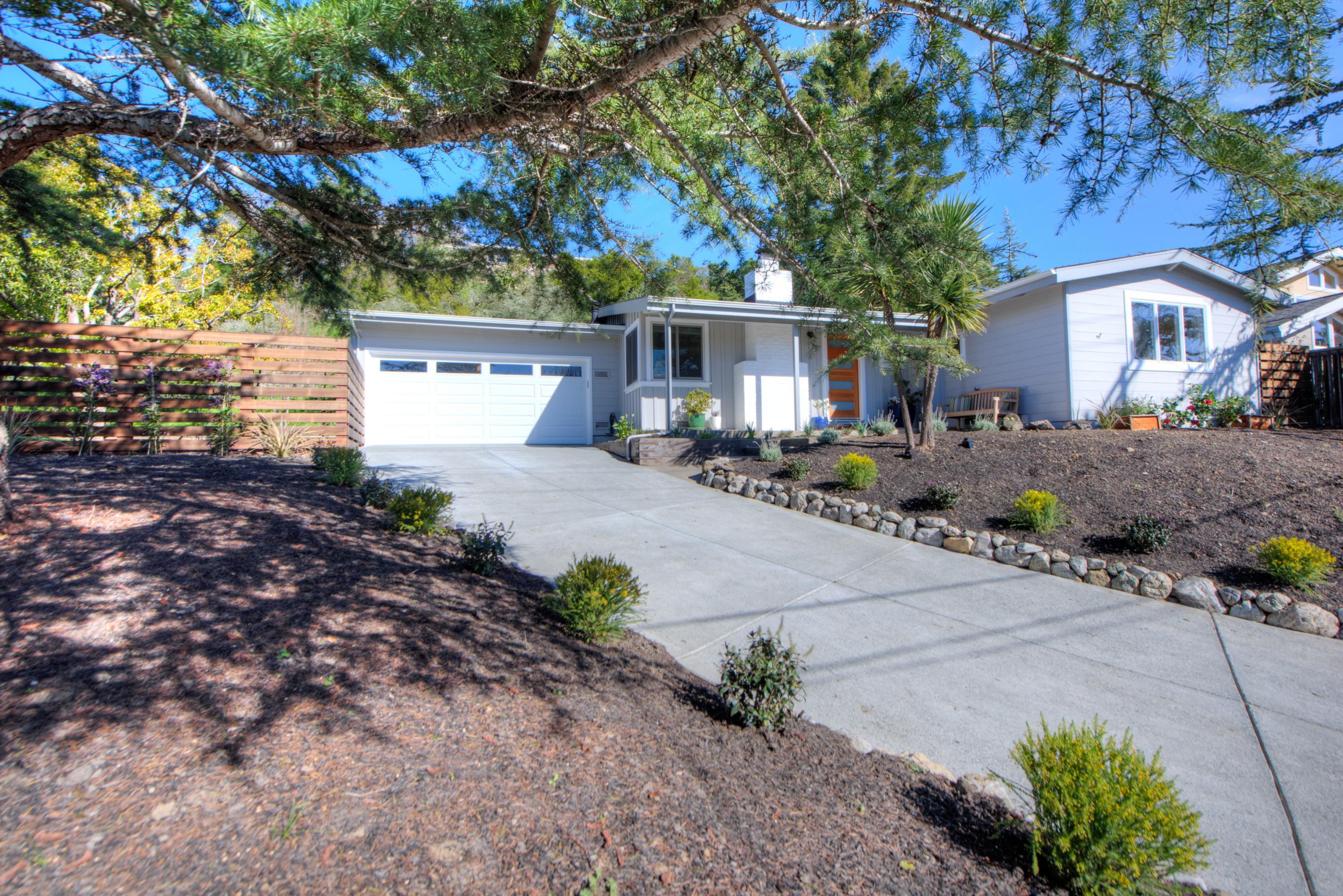 Vivienda unifamiliar por un Venta en Beautifully Updated and Prime Location! 687 Hilary Drive Tiburon, California, 94920 Estados Unidos