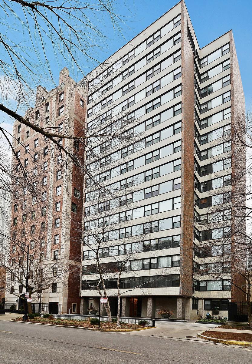 Copropriété pour l Vente à Highly Upgraded Corner Unit 1540 N State Street Unit 14A Chicago, Illinois, 60610 États-Unis