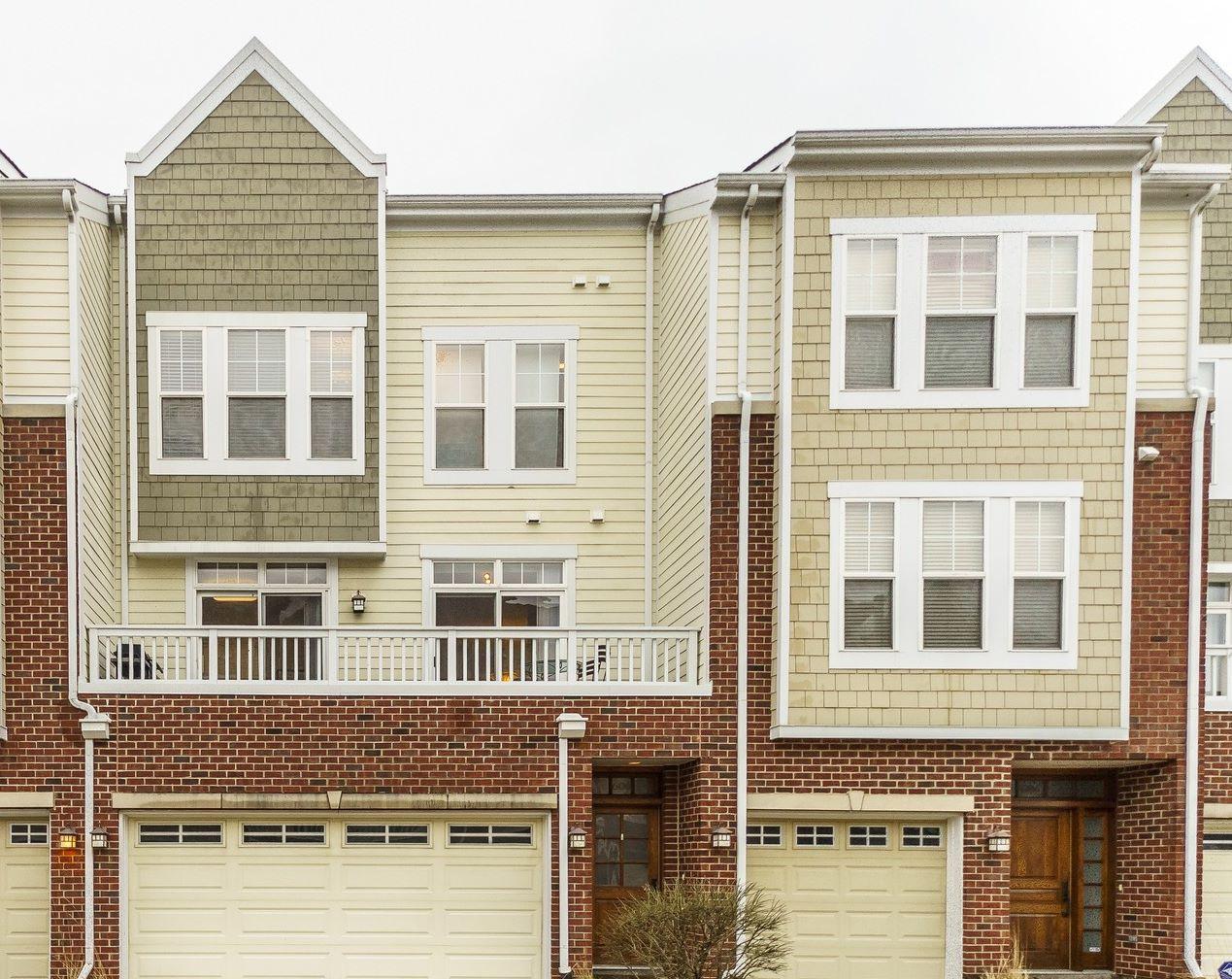 Maison accolée pour l Vente à Lovely and Bright Forest Park Town Home 606 Grove Lane Forest Park, Illinois, 60130 États-Unis