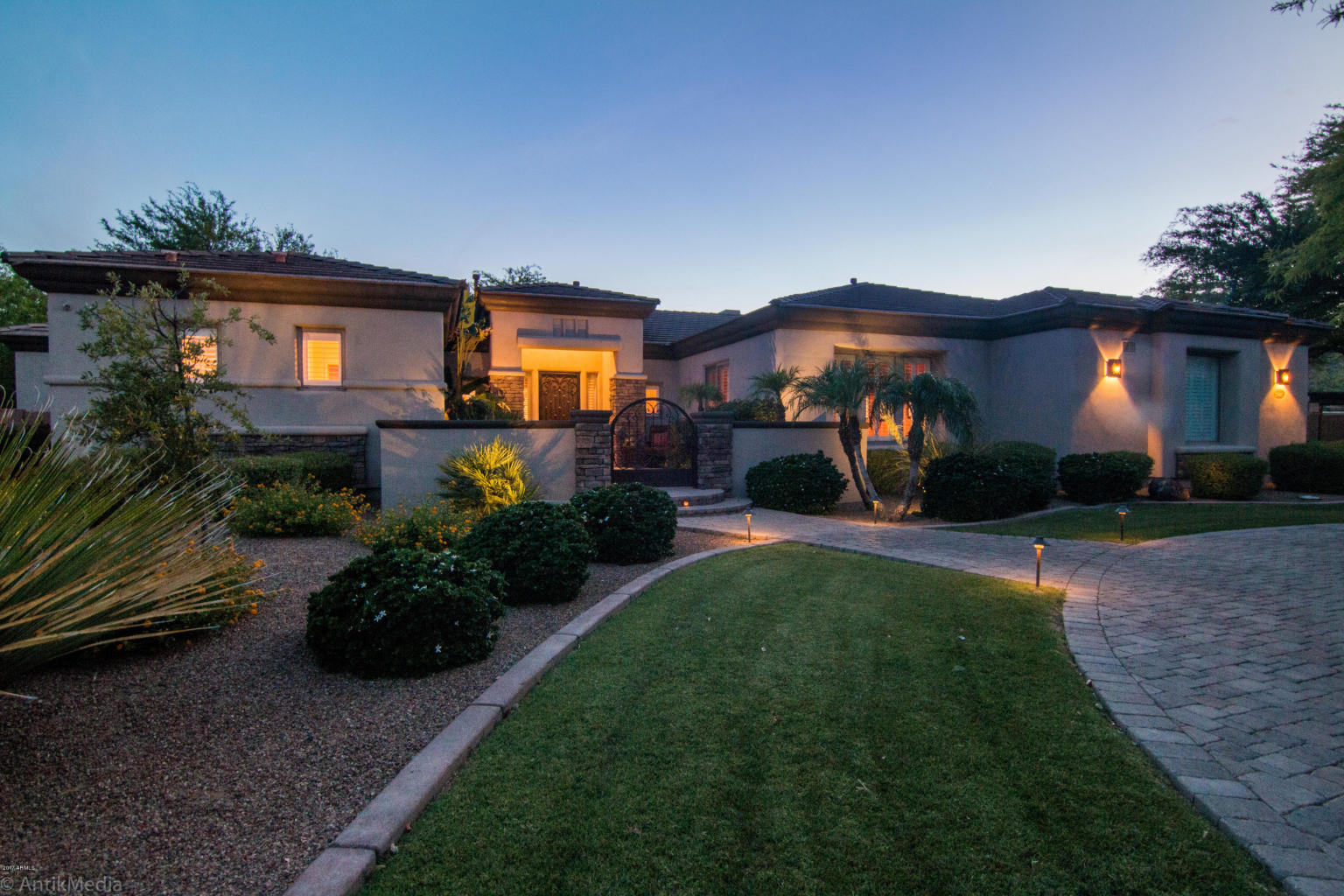 Maison unifamiliale pour l Vente à Gorgeous Home 25402 N 46th Ln Phoenix, Arizona, 85083 États-Unis