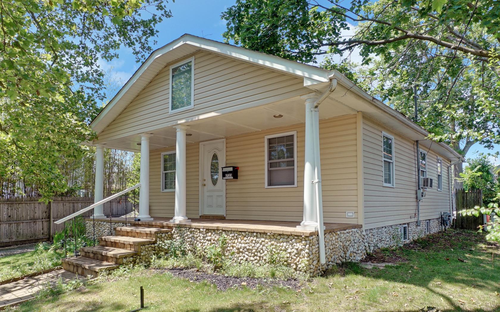 Nhà ở một gia đình vì Bán tại Renovated Ranch Near Beach 1723 Newman St Lake Como, New Jersey, 07719 Hoa Kỳ