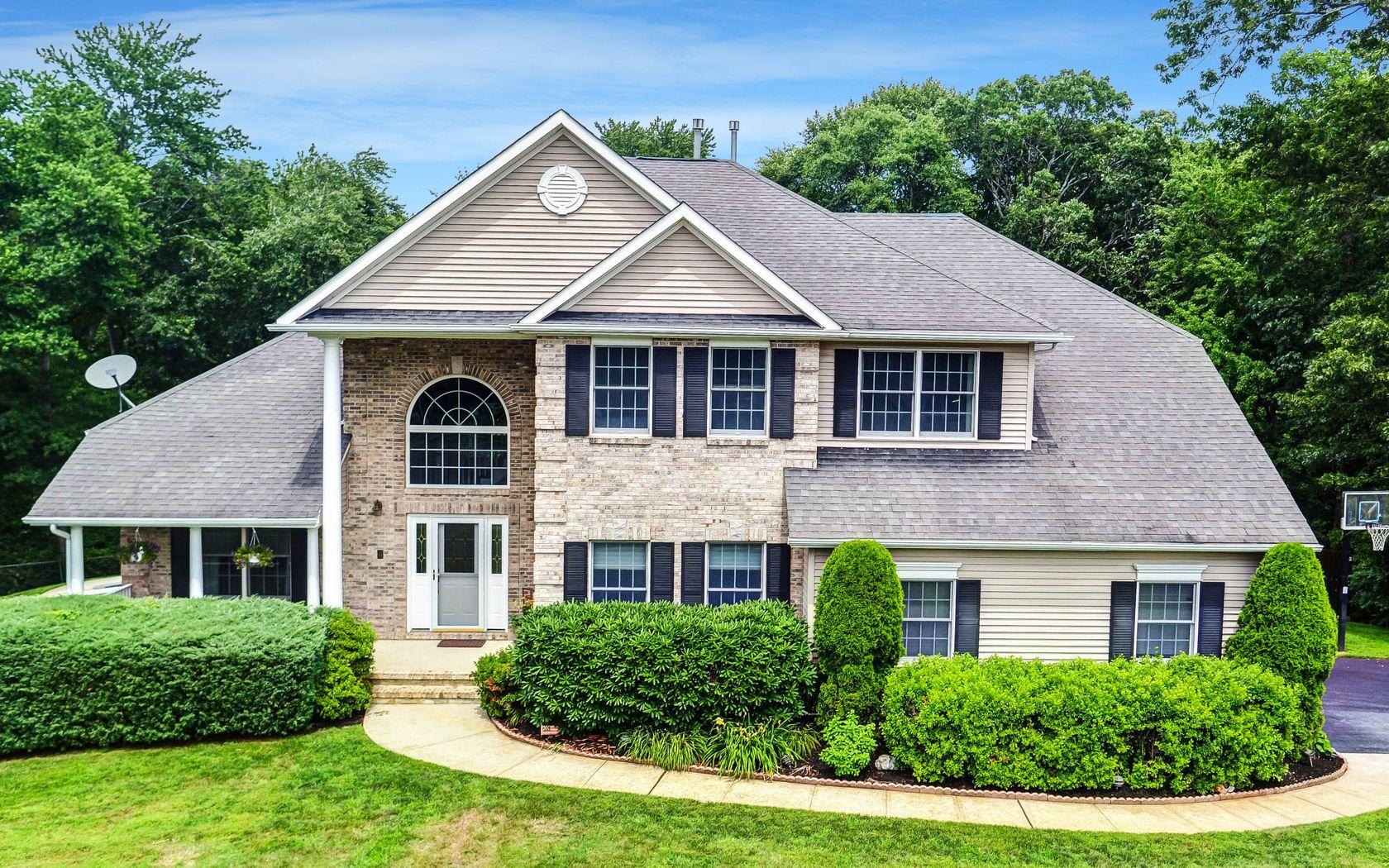 Частный односемейный дом для того Продажа на Perfectly Situated on Scenic Lot 2070 Overbrook Drive Wall, Нью-Джерси, 07719 Соединенные Штаты