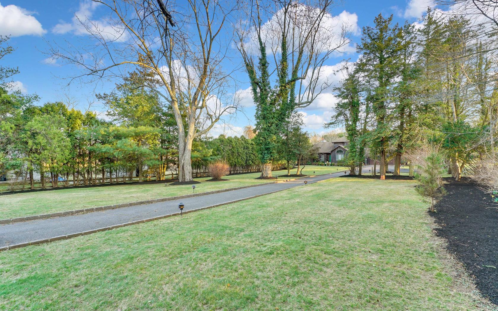 独户住宅 为 销售 在 Spacious Custom Colonial 2679 Allaire Road 沃尔, 新泽西州 07719 美国