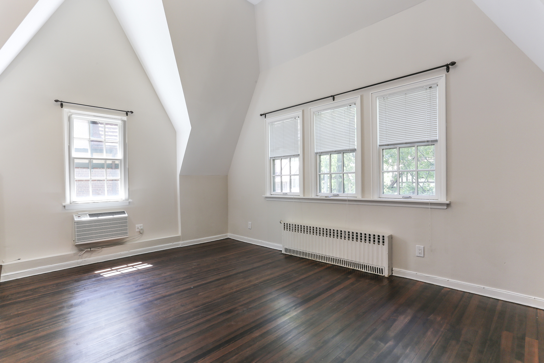 """Additional photo for property listing at """"DESIGNER SHOWCASE LOFT LIVING""""  Forest Hills, 紐約州 11375 美國"""