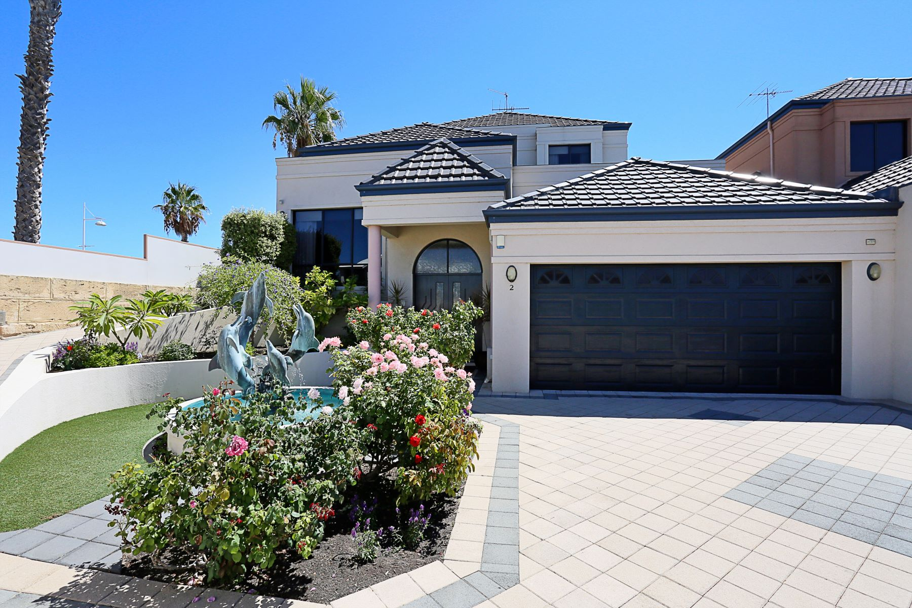 Single Family Homes 为 销售 在 One of Mandurah's most sought after waterfront locations. 2 Dolphin Drive Mandurah, Western Australia 6210 澳大利亚