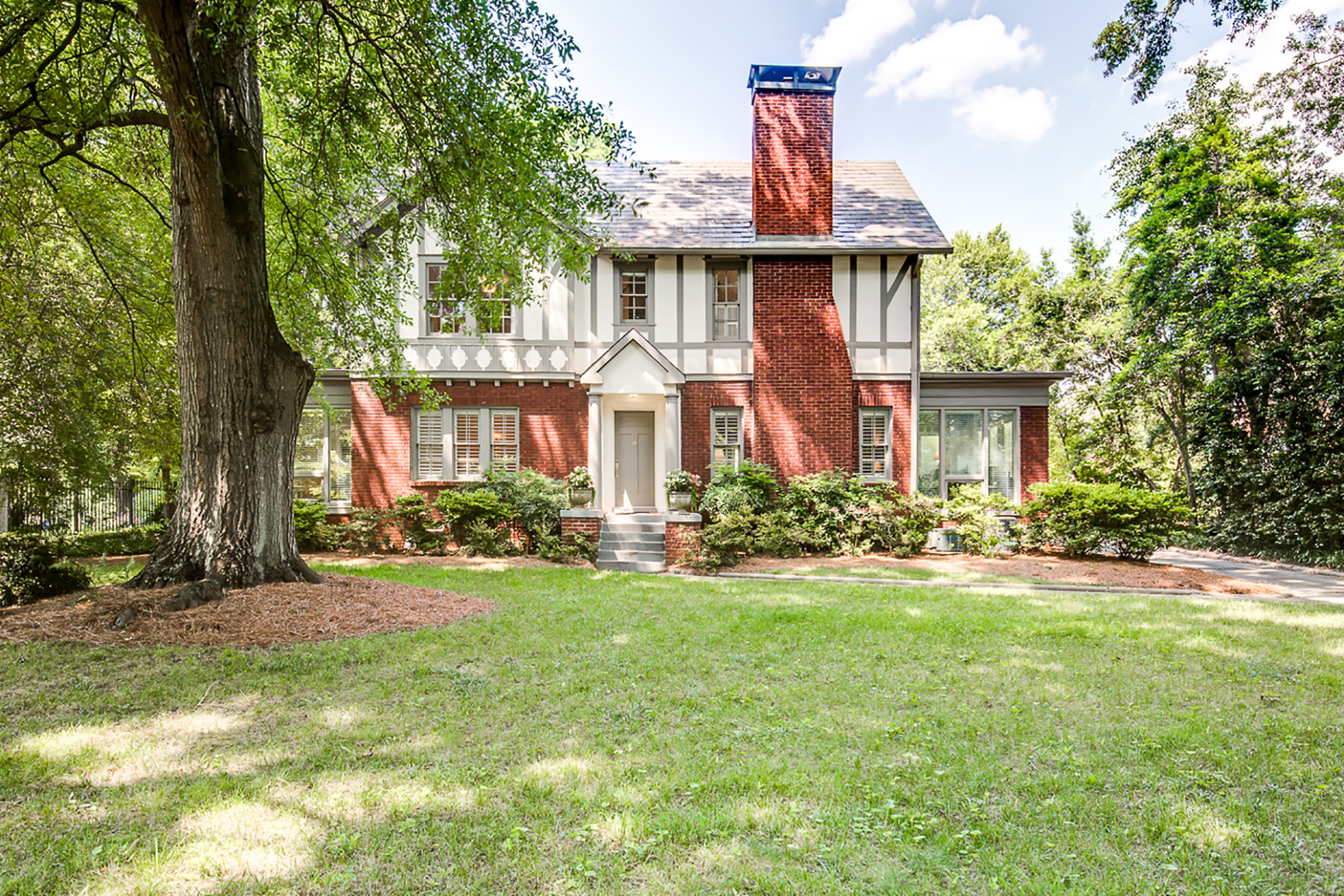 獨棟家庭住宅 為 出售 在 This Winsome 1929 Tudor Will Captivate You With Its Architectural Charm 1338 N Decatur Road NE Atlanta, 喬治亞州 30306 美國