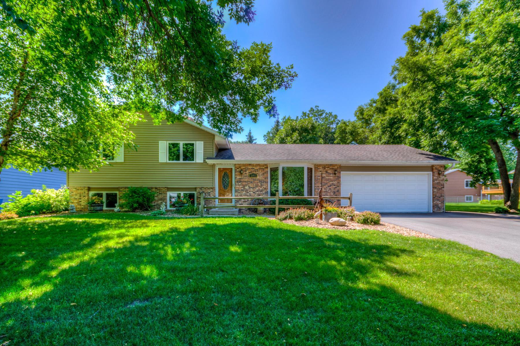 Single Family Homes للـ Sale في Fully Updated Maple Grove 4-level Split 11851 99th Avenue N, Maple Grove, Minnesota 55369 United States