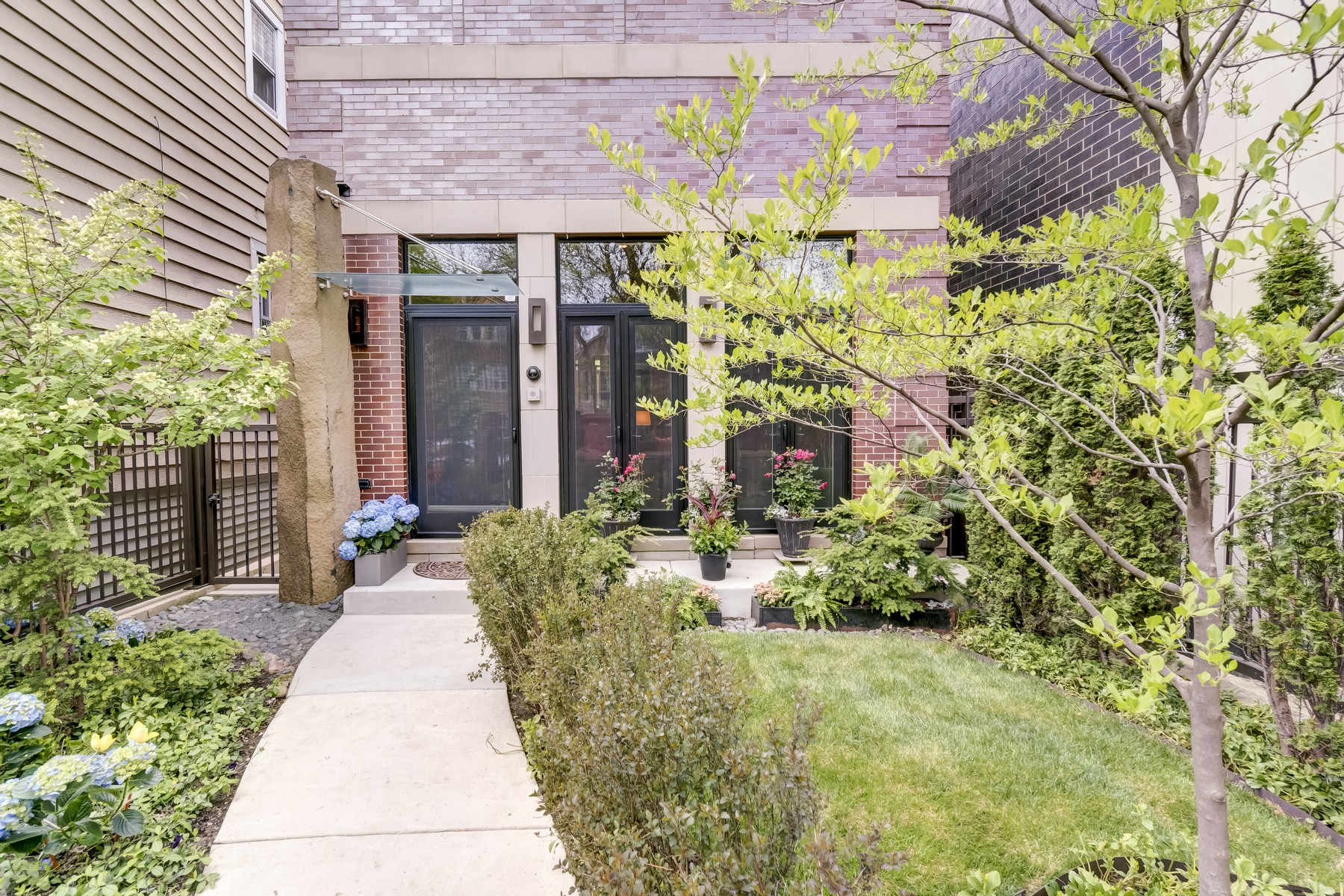 Maison unifamiliale pour l Vente à Stunning Brick and Limestone Residence 2654 N Marshfield Avenue Chicago, Illinois, 60614 États-Unis