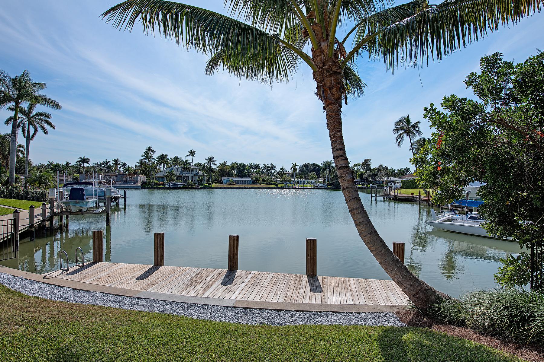 Einfamilienhaus für Verkauf beim MOORINGS 2397 Beacon Ln Neapel, Florida 34103 Vereinigte Staaten
