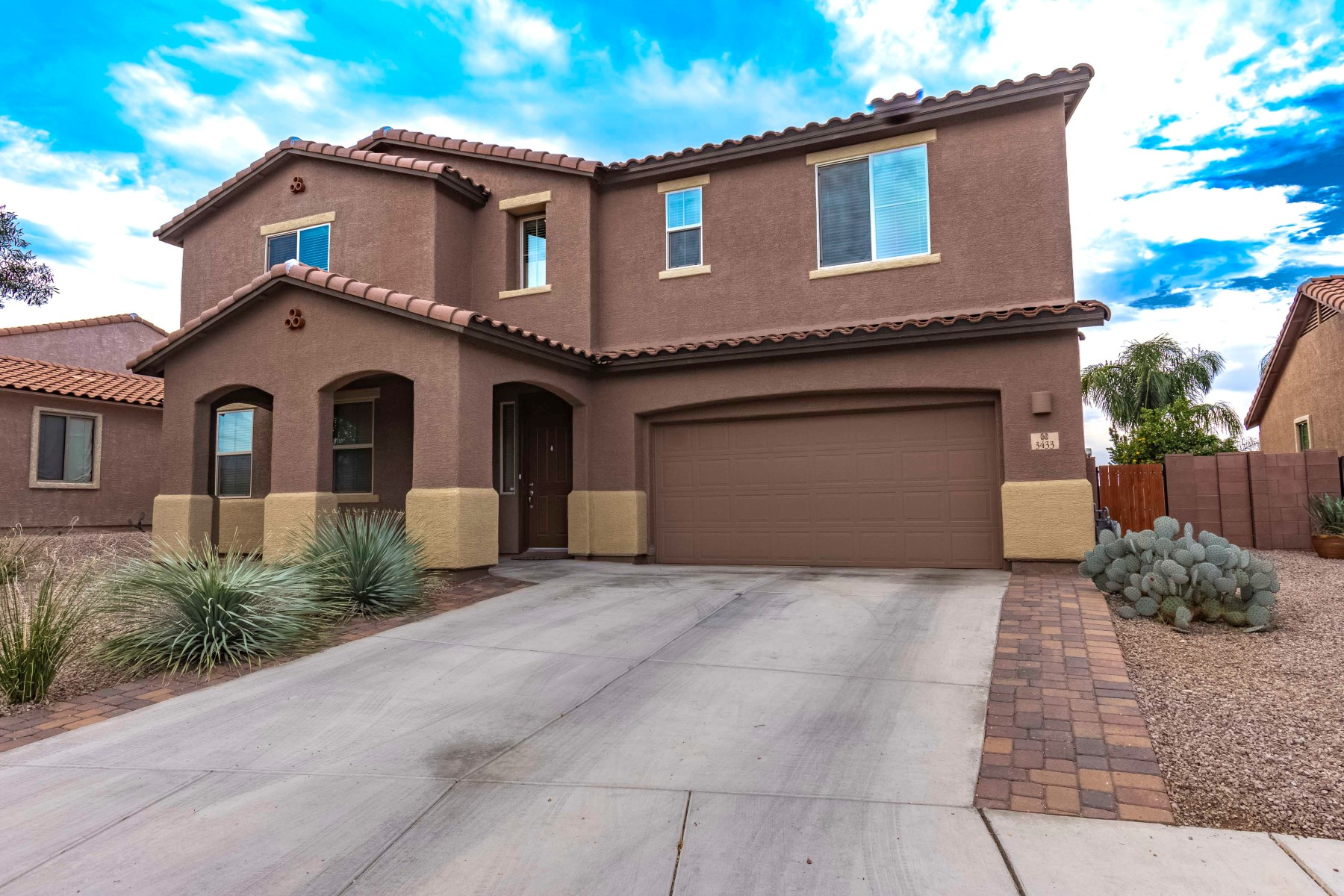 Single Family Homes por un Venta en Welcome Home to This Gorgeous Upgraded Home 3433 W Bell Song Place Marana, Arizona 85658 Estados Unidos