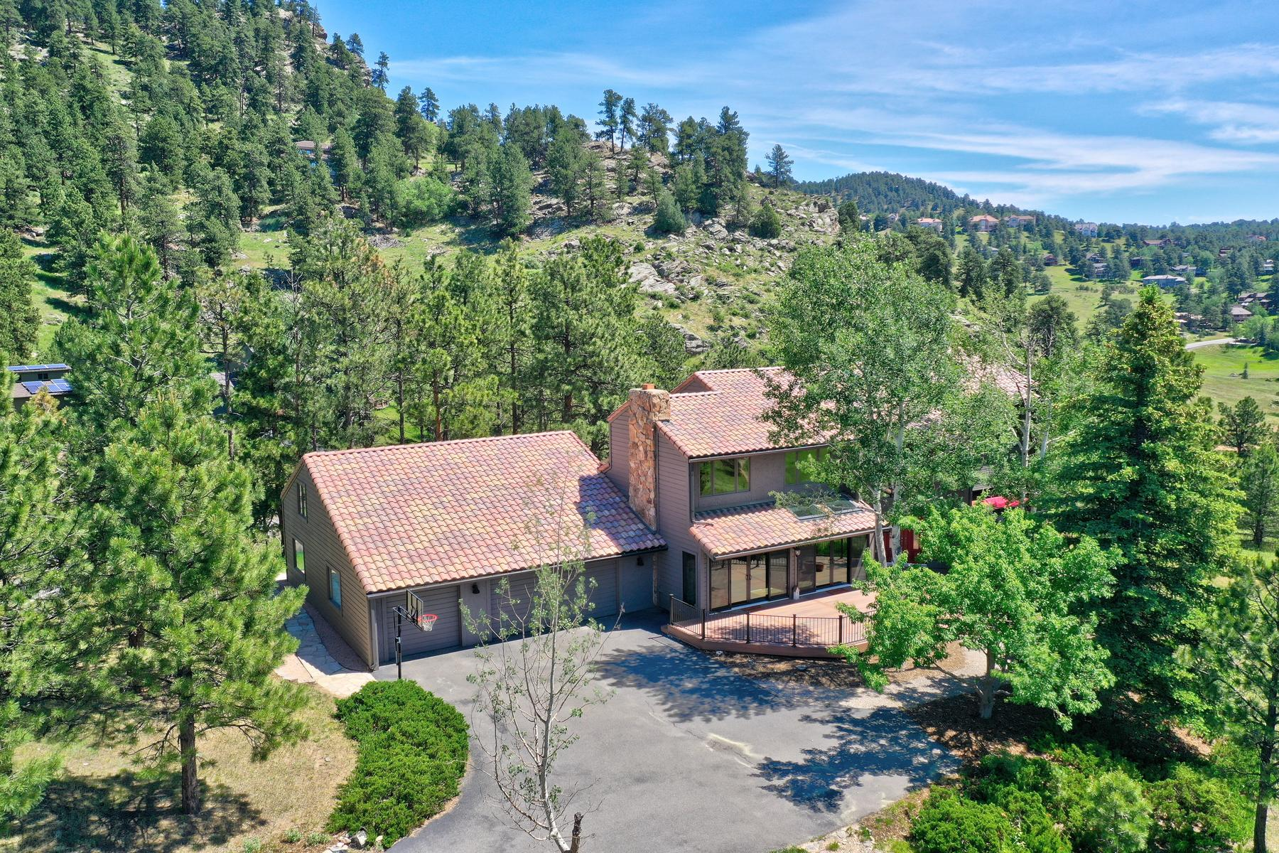 Single Family Homes por un Venta en Immaculate home on a prime lot adjoining open space w/ mountain views 25738 Foothills Drive North, Golden, Colorado 80401 Estados Unidos