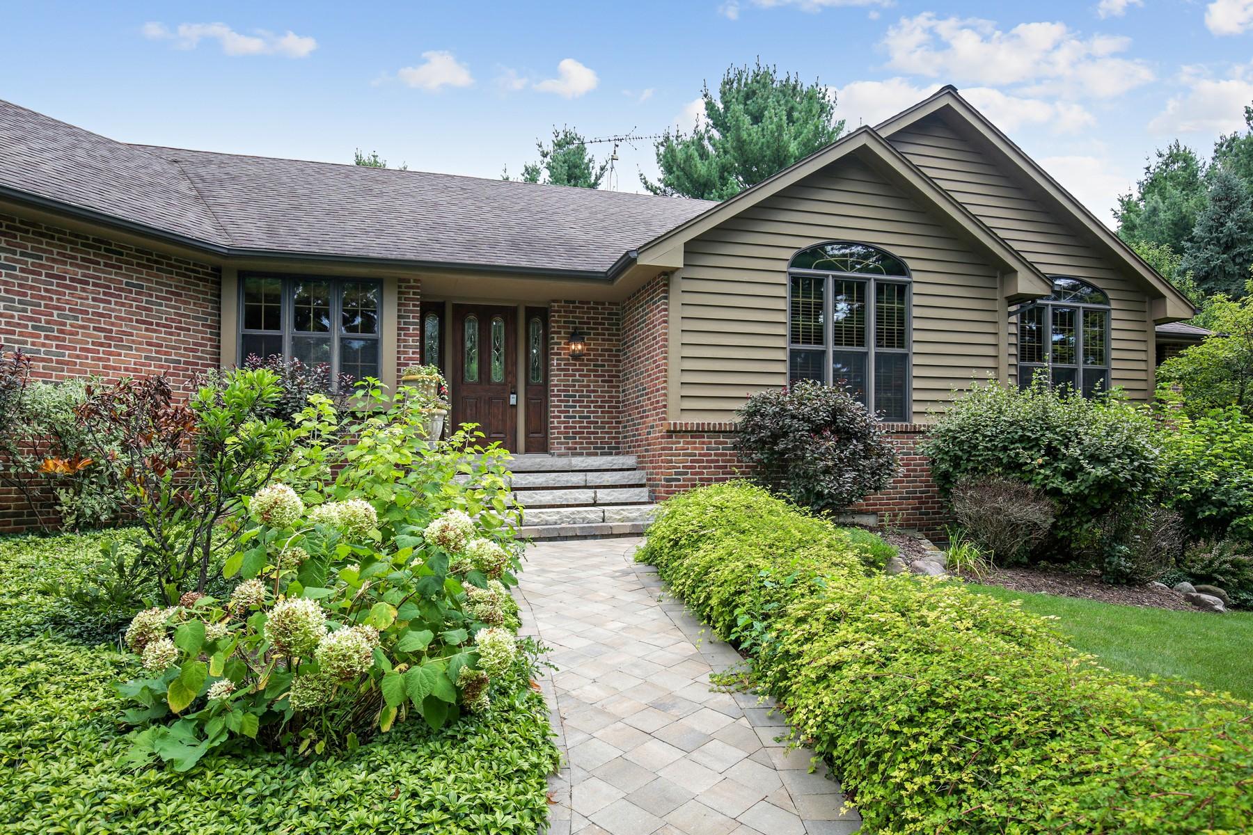 Maison unifamiliale pour l Vente à Custom Hillside Open Concept Ranch 302 S Shannon Drive, Woodstock, Illinois, 60098 États-Unis