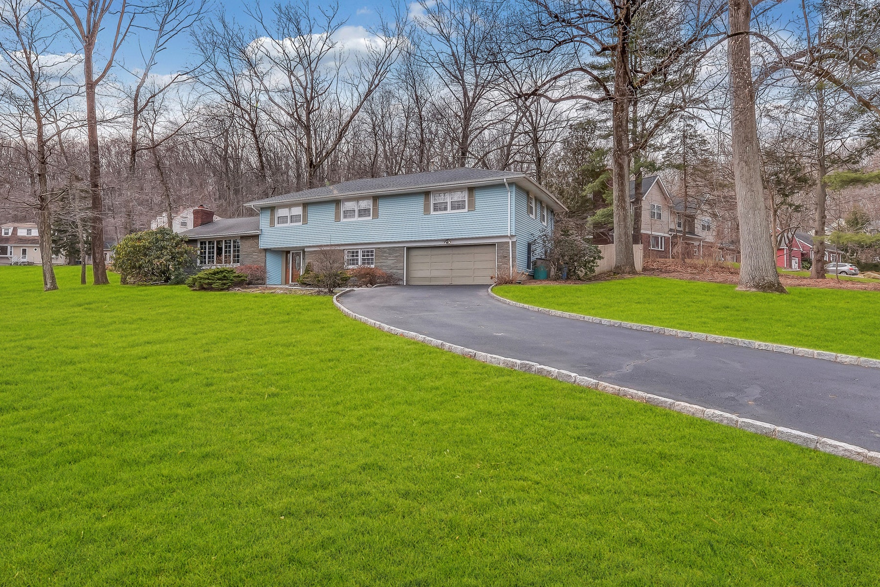 Single Family Homes per Vendita alle ore Spacious Split Level 4 Deerlawn Court, Oakland, New Jersey 07436 Stati Uniti