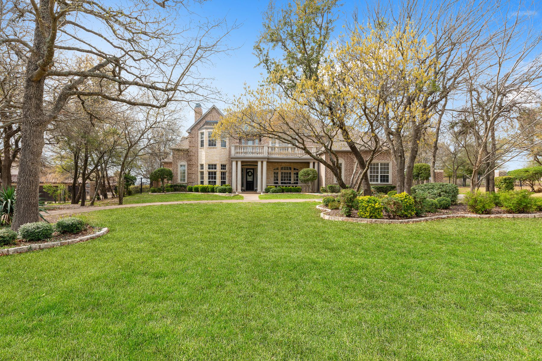 Single Family Homes für Verkauf beim Boasting location, privacy, spaciousness, and graceful updates 1323 Steeple Chase Lane, Aledo, Texas 76008 Vereinigte Staaten