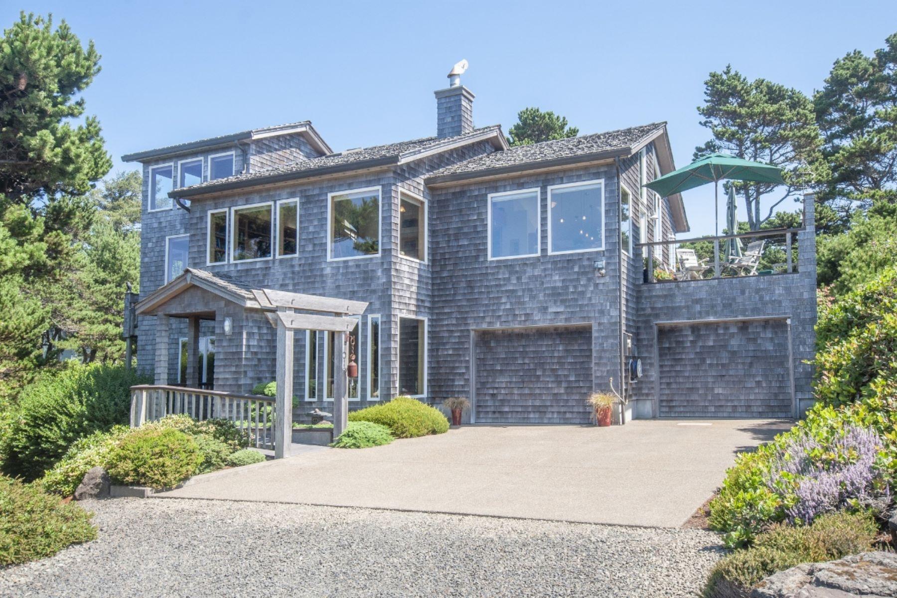 Single Family Homes pour l Vente à Beautiful Oceanfront Home 5524 NW Pinery St, Newport, Oregon 97365 États-Unis