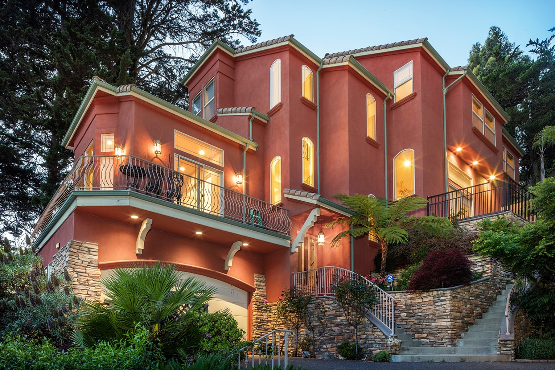 Single Family Home for Sale at Stunning Oakland Hills Home 2100 Arrowhead Drive Oakland, California 94611 United States