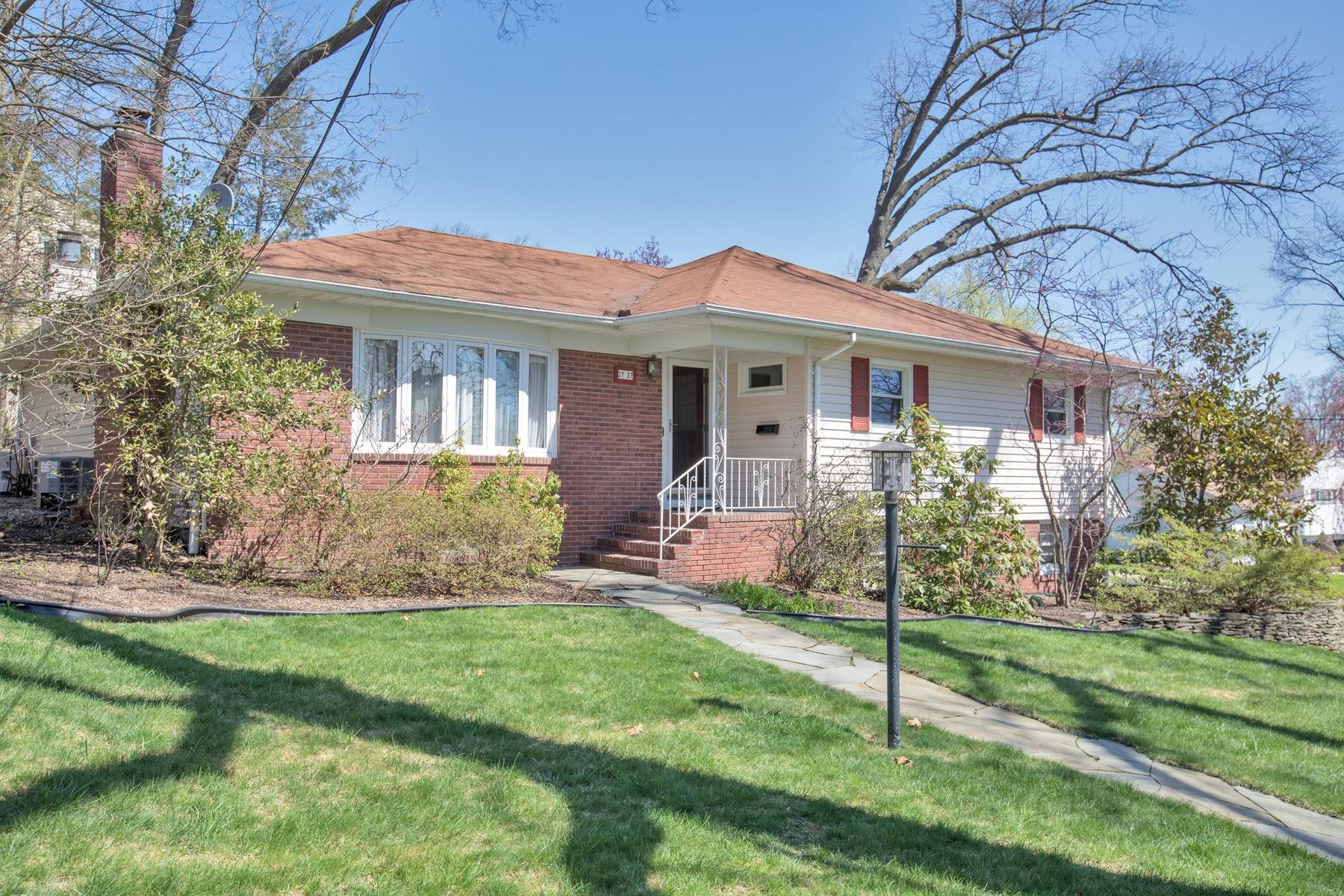 Частный односемейный дом для того Продажа на Welcome Home! 37-27-Hillside Terrace, Fair Lawn, Нью-Джерси 07410 Соединенные Штаты