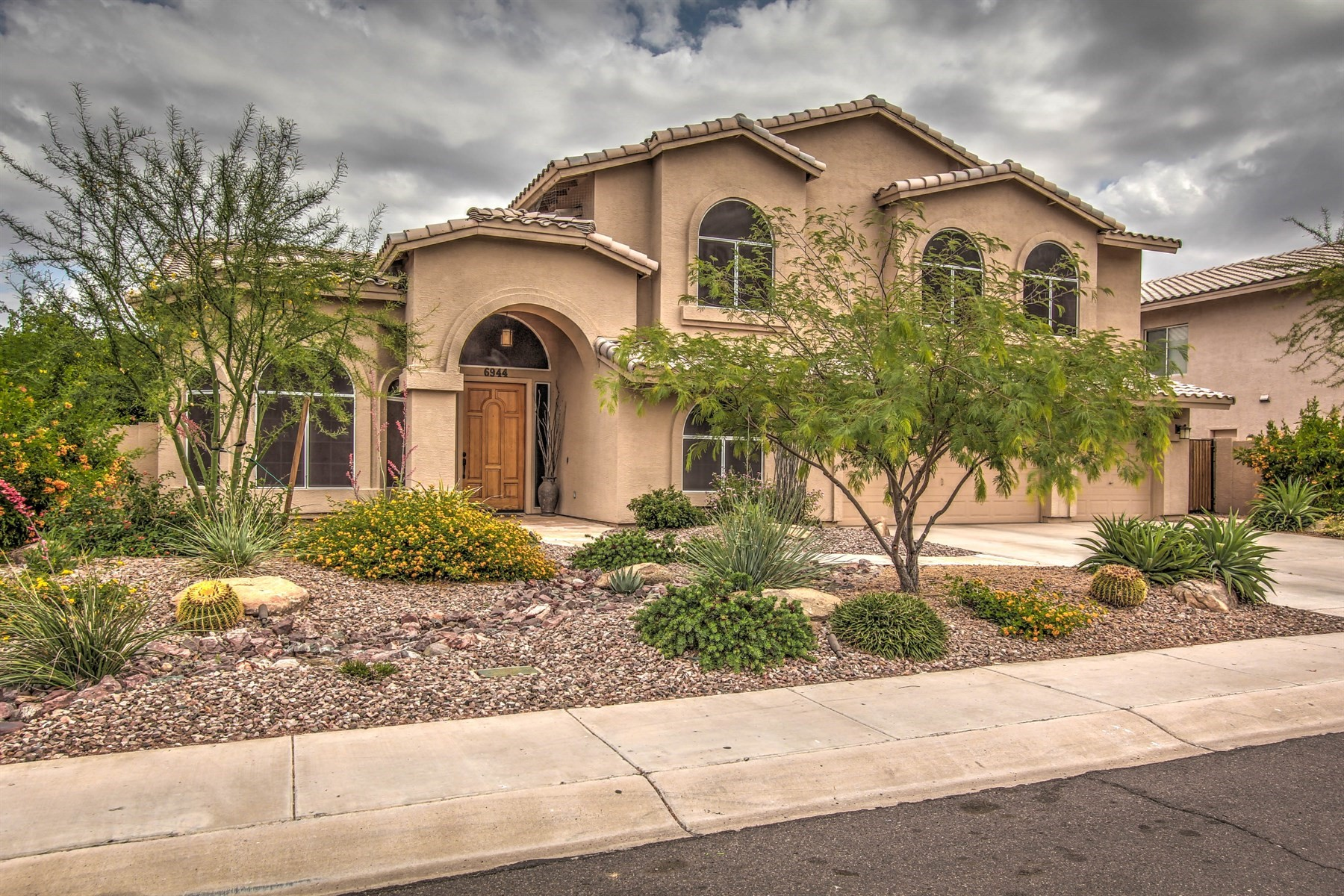Casa para uma família para Venda às Impeccably maintained home in Desert Paradise Estates 6944 E Hearn Rd Scottsdale, Arizona, 85254 Estados Unidos